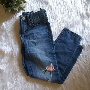 Girl's boyfriend skinny jeans.